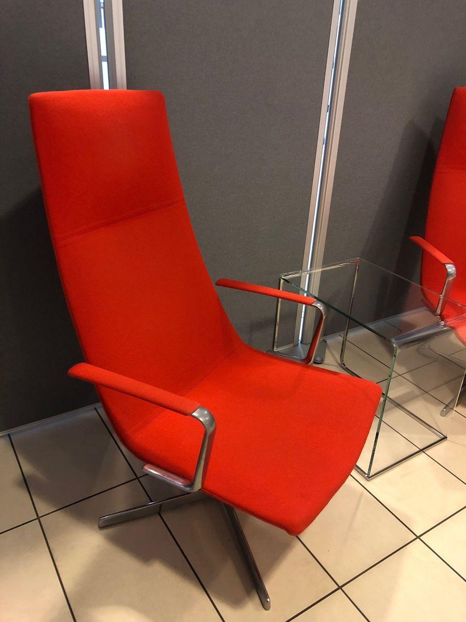 Arper Catifa 70, lounge stol med rødt stoff Designstol BRUKTE KONTORMØBLER